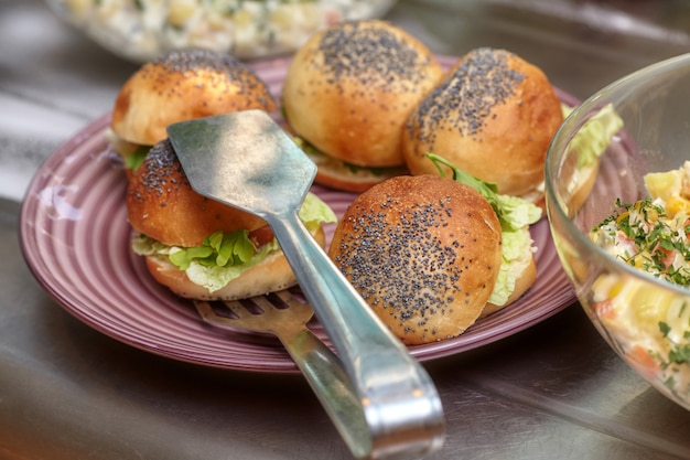 Tigelas com vários alimentos no restaurante self-service