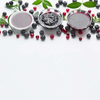 Tigelas de alto ângulo com geléia de frutas