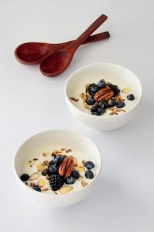 Tigelas de ângulo alto com iogurte e frutas