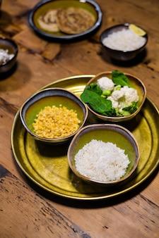 Tigelas de cerâmica com arroz de jasmim, lentilha e verduras