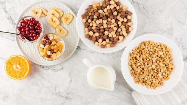 Tigelas de cereais com frutas e iogurte