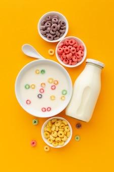 Tigelas de cereais de vista superior com leite