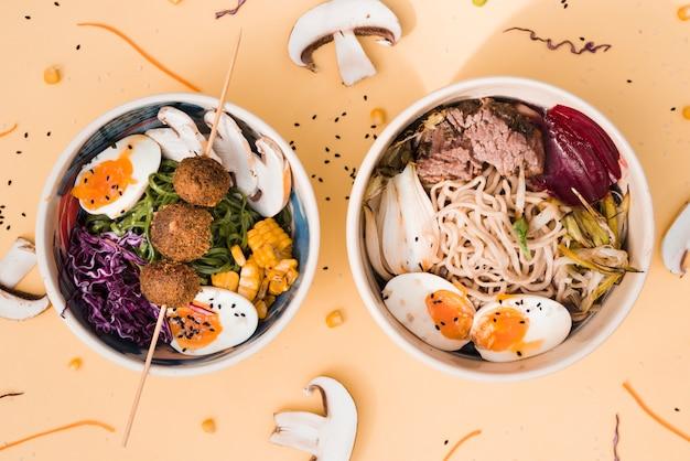 Tigelas de comida de estilo asiático em fundo colorido