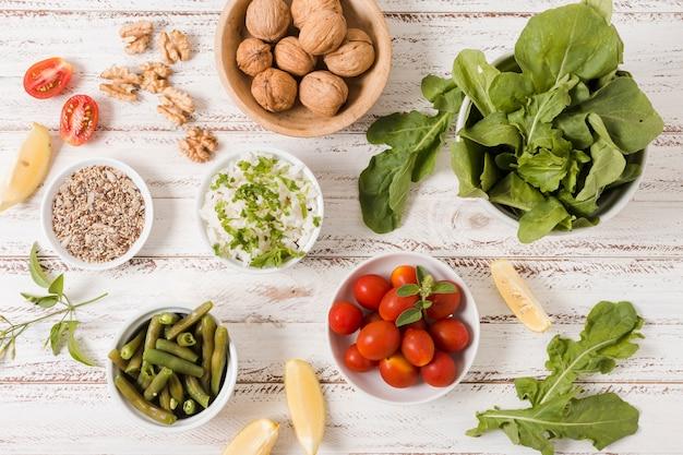 Tigelas de comida saudável com nozes e salas