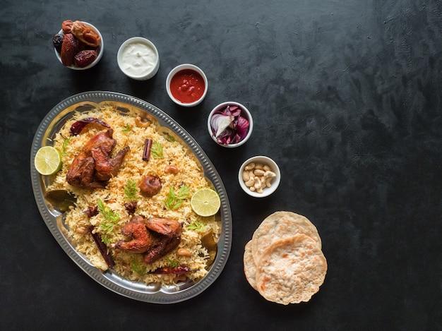 Tigelas de comida tradicional árabe kabsa com carne