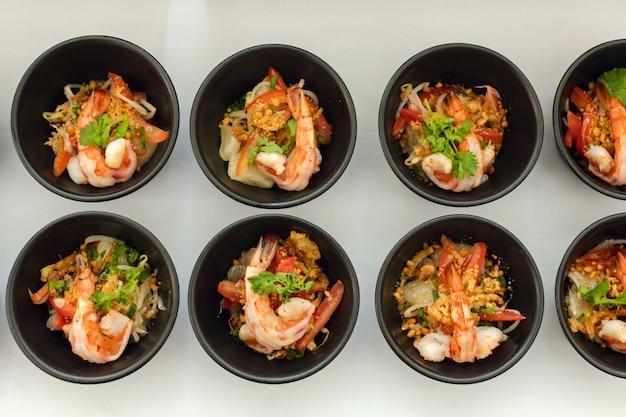 Tigelas de lanche com camarão no restaurante buffet
