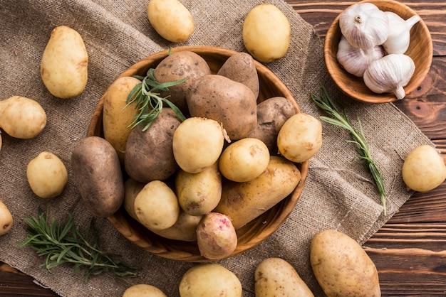 Tigelas de madeira com batatas e alho