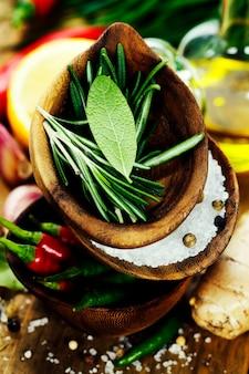 Tigelas de madeira com ervas frescas e especiarias