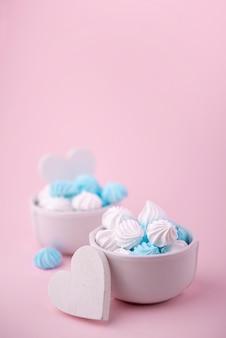 Tigelas de merengue com corações e espaço de cópia