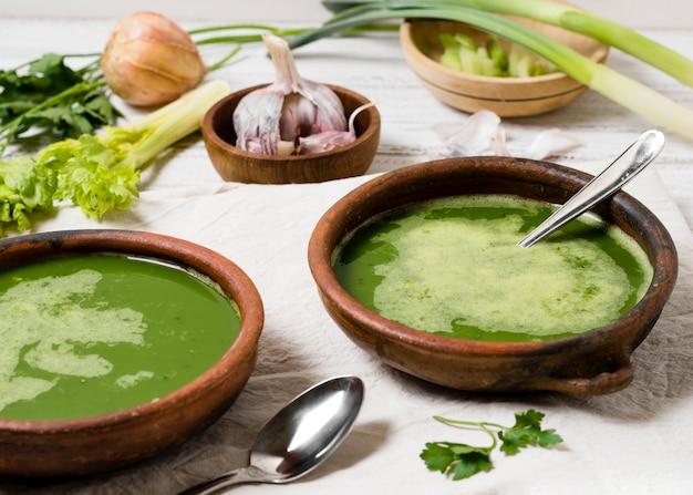 Tigelas de sopa com alho e salsa