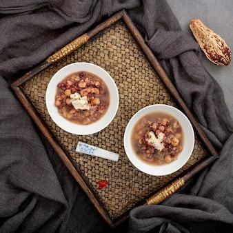 Tigelas de sopa de feijão branco em uma mesa de madeira
