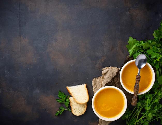 Tigelas de sopa de lentilha vermelha vegetariana quente