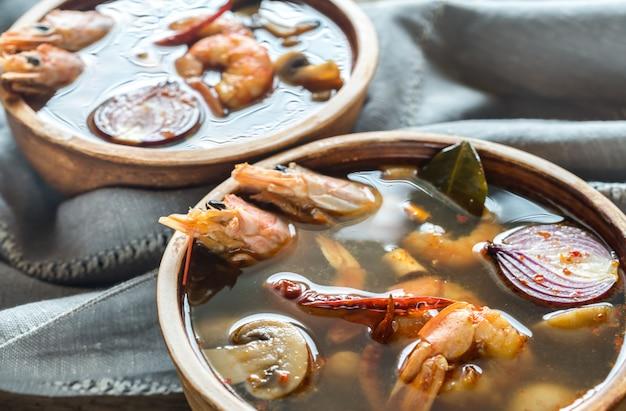 Tigelas de sopa tailandesa de tom yum