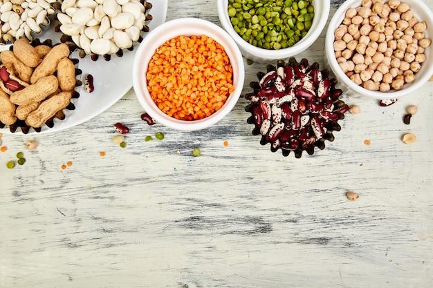 Tigelas de vários conjunto de coleta de feijão e legumes.