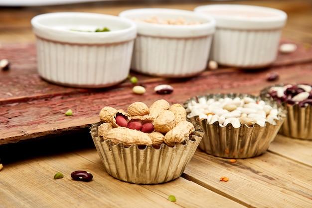 Tigelas de vários conjuntos de coleta de feijão e legumes.