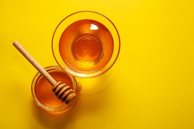 Tigelas de vista superior cheias de mel saboroso