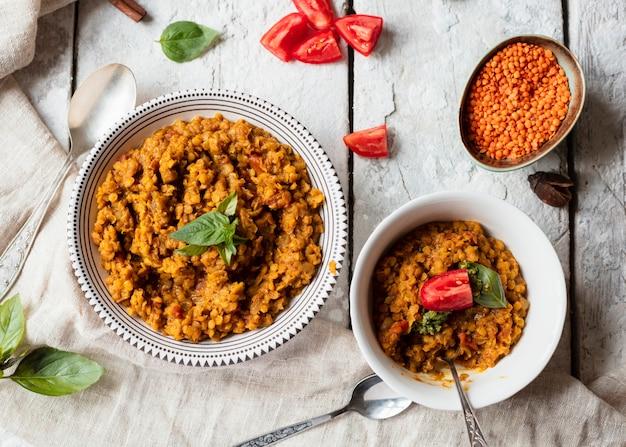 Tigelas de vista superior com comida indiana picante