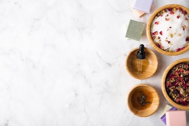 Tigelas de vista superior com espaço para cópia de sal mineral