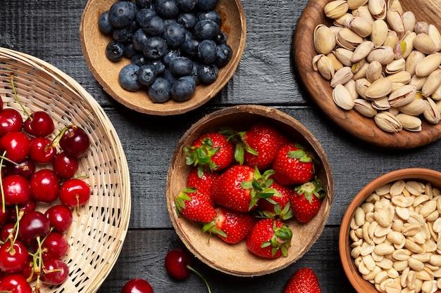 Tigelas de vista superior com frutas saudáveis