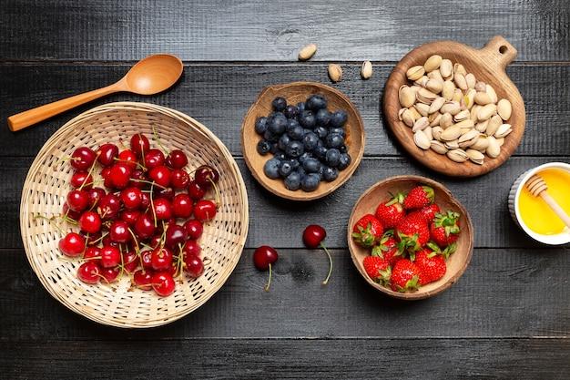 Tigelas de vista superior com frutas