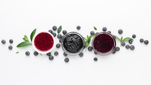 Tigelas de vista superior com geléia de frutas