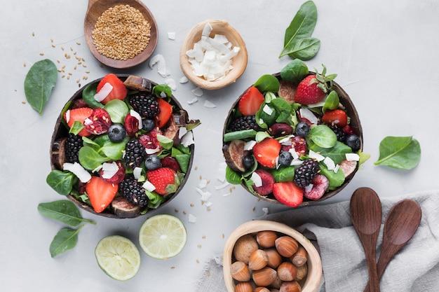 Tigelas de vista superior com legumes e frutas