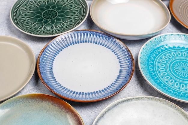 Tigelas e pratos vazios de cerâmica diferentes.