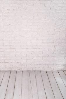 Tijolo branco e parede de pedra e piso de madeira clara para design