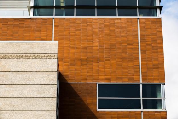 Tijolo de vista frontal e edifício de pedra