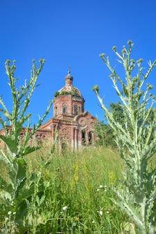 Tijolo velho abandonado igreja ortodoxa abandonada igreja abandonada na vila igreja abandonada de tijolos vermelhos