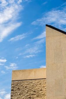 Tijolos antigos e edifício de pedra