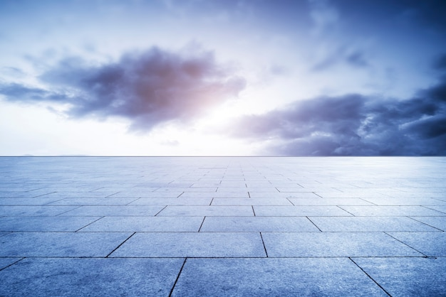 Tijolos da plaza vazios e paisagem do céu