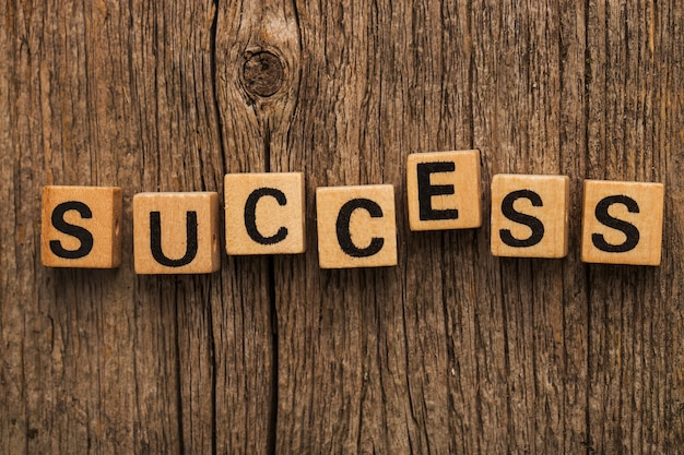 Tijolos de brincar na mesa com a palavra sucesso