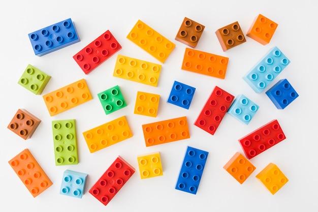 Tijolos de brinquedo colorido sobre fundo branco