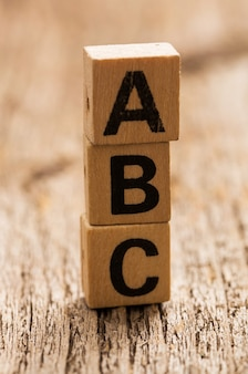 Tijolos de brinquedo na mesa com a palavra abc