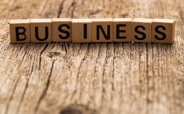 Tijolos de brinquedo na mesa com negócios de palavra