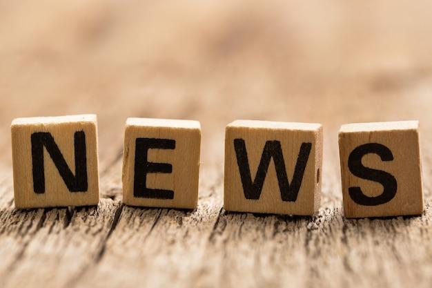 Tijolos de brinquedo na mesa com notícias de palavras
