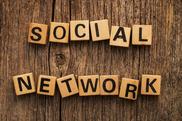Tijolos de brinquedo na mesa com rede social de palavras