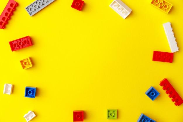 Tijolos de construção coloridos para crianças. atividade pré-escolar com crianças pequenas.