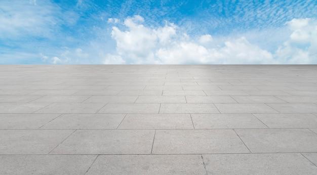 Tijolos de plaza vazio e céu nuvem paisagem