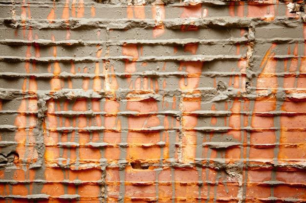 Tijolos quebrados em brickwall na restauração de parede