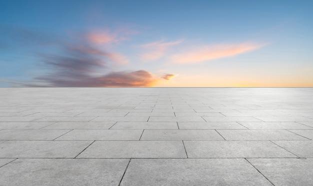 Tijolos vazios do chão da praça e bela paisagem natural