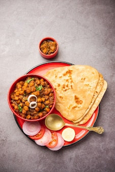 Tikona paratha ou triângulo parotha com chole ou choley ou chana masala