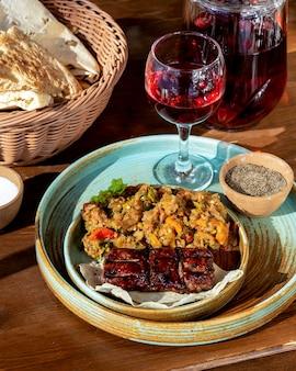 Tikya kebab com salada de legumes grelhada pão lavash e copo de compota