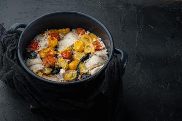 Tilápia branca com arroz basmati e tomate cereja, na mesa preta