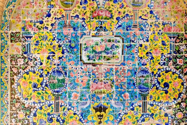 Tilework cerâmico decorativo na parede do palácio de golestan. teerã, irã.