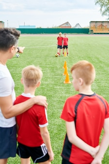 Time de futebol júnior praticando no campo