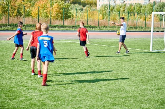 Time de futebol praticando no campo