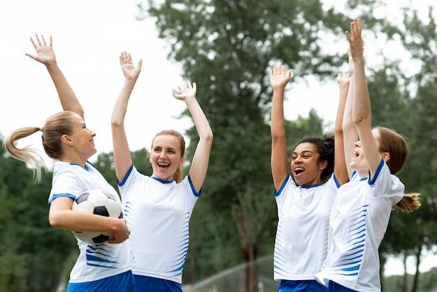 Time feminino feliz de tiro médio