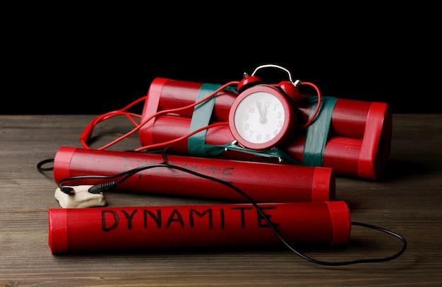 Timebomb feito de dinamite em mesa de madeira